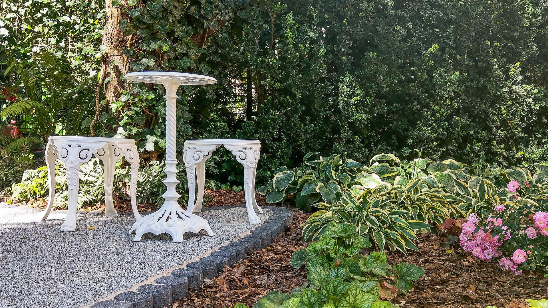 Żeliwne stoły i krzesła